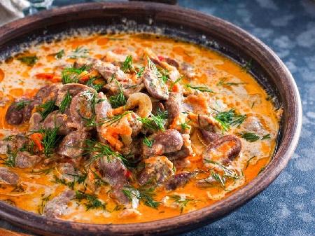 Пилешки сърца с лук, гъби, топено сирене и сметана в глинени гювечета или гювеч на фурна - снимка на рецептата